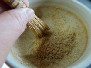 すり鉢ゴマを集めるミニハケ